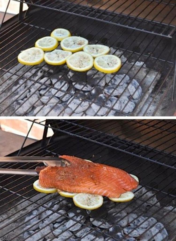 rodajas de limon debajo del pescado